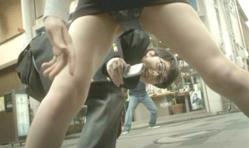 ケータイで堂々と盗撮する嘉郎