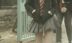 エスパーの念力で美由紀のスカートが持ち上がり・