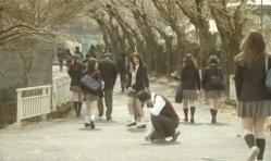 棒をわざと落して生徒のパンツを見ようとしている林教諭