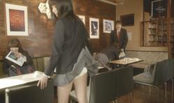 風のない店内でスカートだが舞い上がり、時が止まる。