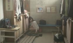 部室で脱いだ制服のスカートを拾おうとしている紗英
