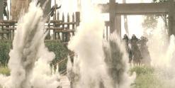 5鉄砲の弾が土煙を上げ
