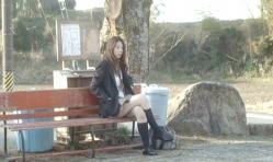 ベンチに腰掛けている美由紀