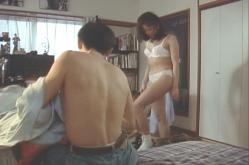 服を脱ぎ始める松井