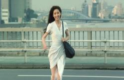 走って走って行く妙子(黒木瞳、ノーブラでうっすら乳首が透けている)