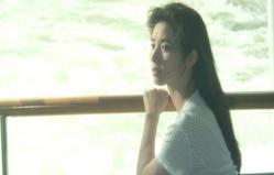 船で隅田川を見渡している妙子
