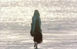 海辺を歩いている女・落合妙子