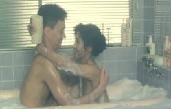 旅先のホテルで一緒に風呂でじゃれ合っている水上と妙子