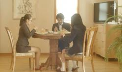 秘書・秋山を囲んでの静かな朝食