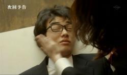 ひっぱたかれている嘉郎