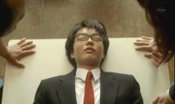 テーブルの上で昏睡状態の嘉郎