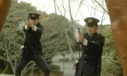 嘉郎に発砲する警官
