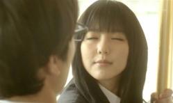 目を閉じて嘉郎のキスを待つ紗英