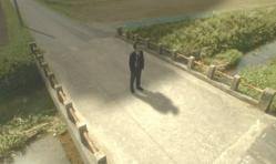 謎の飛行物体が嘉郎のを頭上を通過