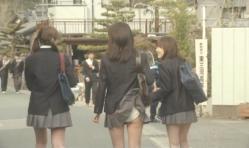 校門で林先生が紗英のスカートをめくってくれて