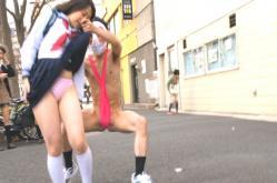 女子高生スカートをのめくるニセ変態仮面