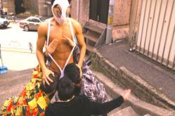 街で悪を退治している変態仮面