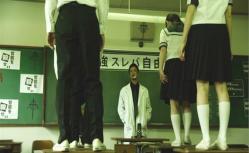 下着検査で机に立たされる生徒たち