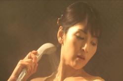 シャワーを浴びている美波