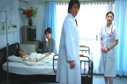 振り返る小松原医師と看護師の杏子