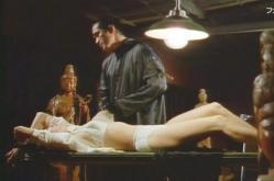 下着姿でベツトに縛られている恭子