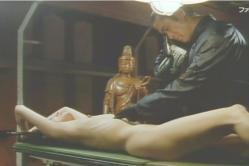 全裸にした恭子をビデオカメラで撮っている犯人