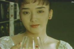 ゆっくりとグラスをかたむける女
