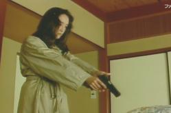 父に銃を向ける女