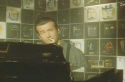 バーでピアノを弾いている坂上