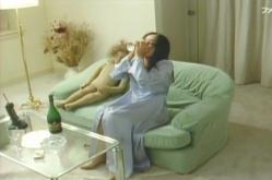 酒を飲む女