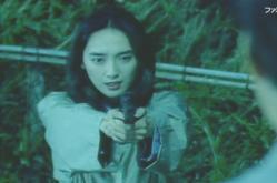 銃を向ける女