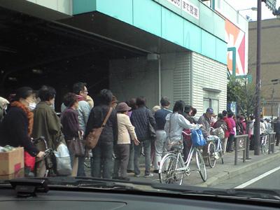 20110315スーパーの開店待ちの行列