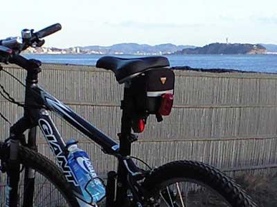 20110517ROCK5000越しに見える江の島(撮影2009年)