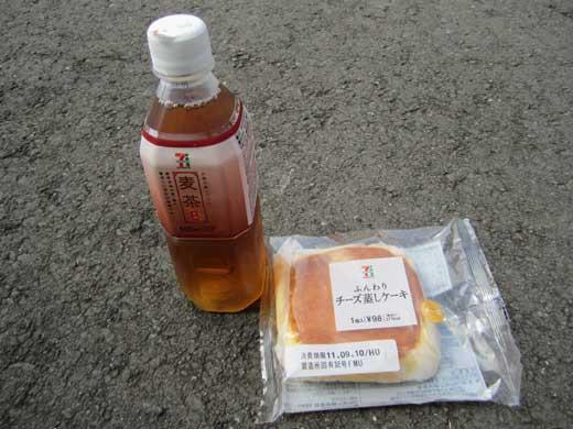 20110910帰り道で遅いランチタイム。麦茶とチーズ蒸しケーキ