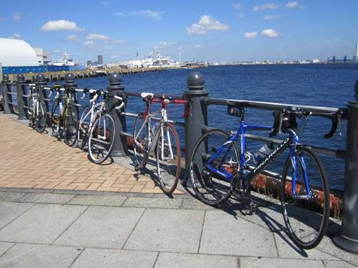 20110918海と自転車達