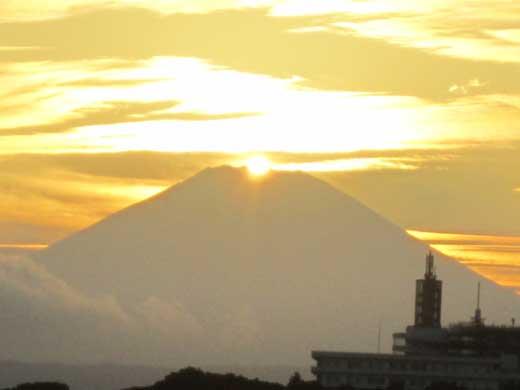 20110919富士山の真上に沈もうとしている夕日