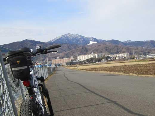 20120122前方には雪を冠った山