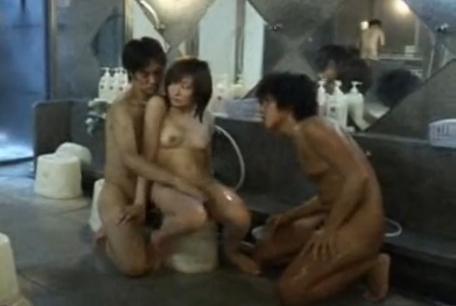 男湯に入り一般客のいる中、男優2人と3P。見られてるけど、手マンを止めないでほしいみたい。