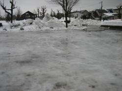 公園の駐車場はスケートリンクのように・・・
