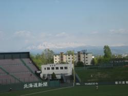 1塁側のスタンドからは、山が見渡せます