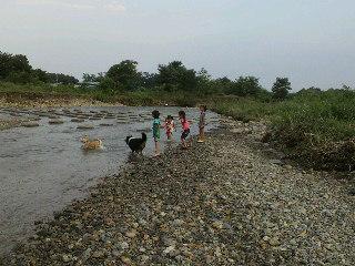 川で遊ぶ子ども達