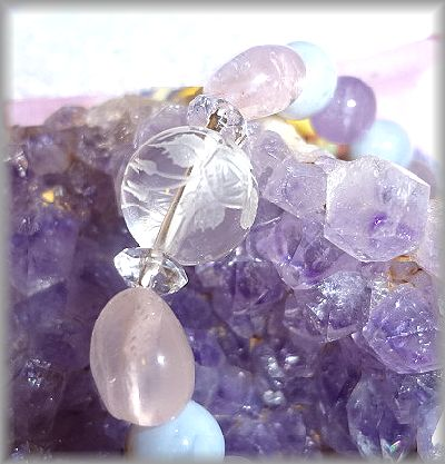 桜彫り水晶と花びらのようなローズクォーツ