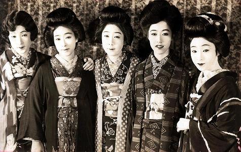 映画『妖婦五人女』(1926年)宣伝用写真から。左から、栗島すみ子、松井千枝子、川田芳子、筑波雪子、柳さく子