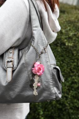 【母の日ギフト】天然石の造花バッグチャーム(アンティーク:インカローズ)