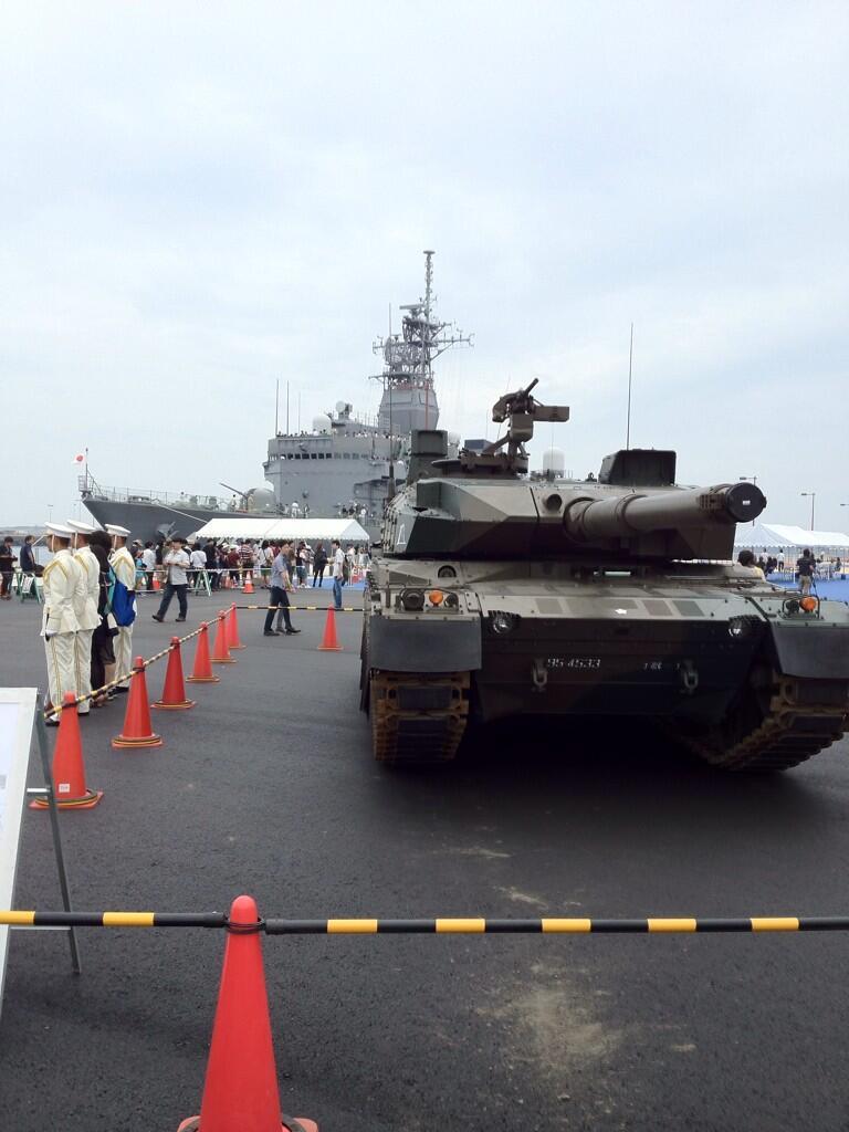 10式戦車なめの訓練支援艦てんりゅうさん。