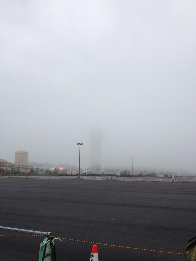 霧で霞むマリンタワー