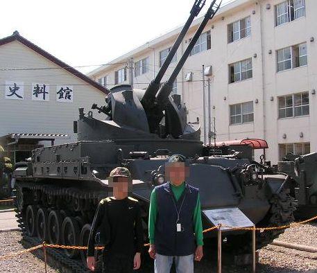 戦車の前で