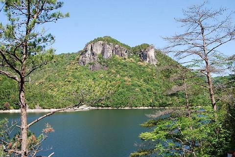 鳳来湖の岩山