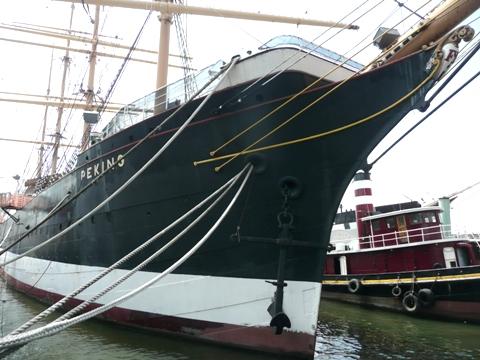 Peking 船首から