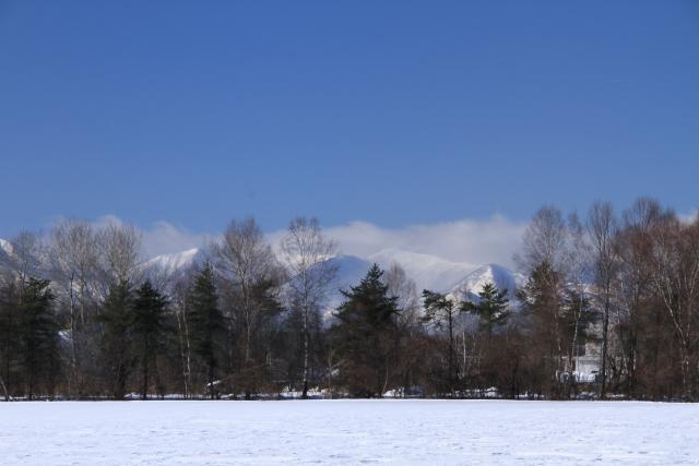 213うっすらと雲がかかっている日高山脈